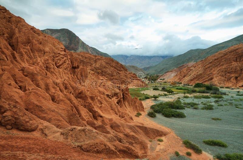 montaña Rojo-coloreada en Purmamarca foto de archivo