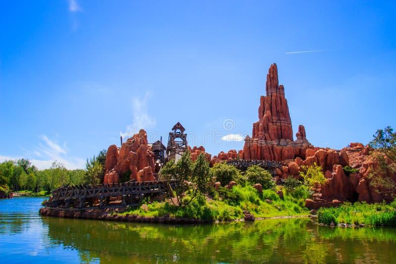 Montaña rusa grande de la montaña del trueno en Disneyland París imagen de archivo