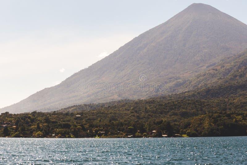 Montaña sobre el lago Atitlan, Guatemala imagen de archivo libre de regalías
