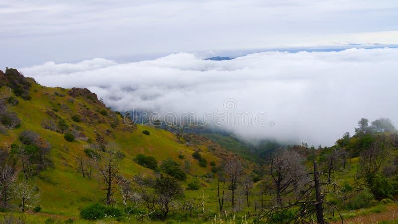 Montaña sobre la nube imagen de archivo