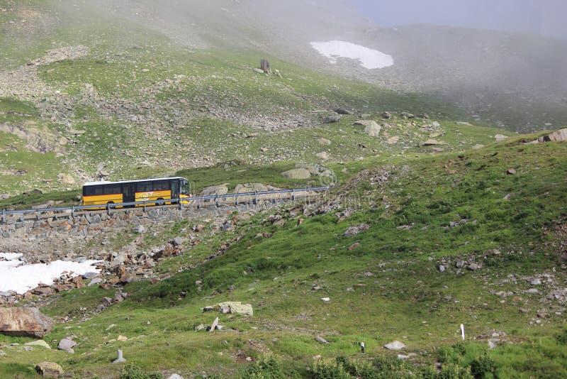 Montaña suiza con el autobús imagen de archivo libre de regalías