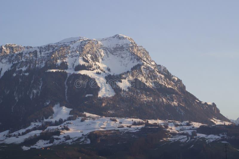 Montaña suiza iluminada por puesta del sol foto de archivo