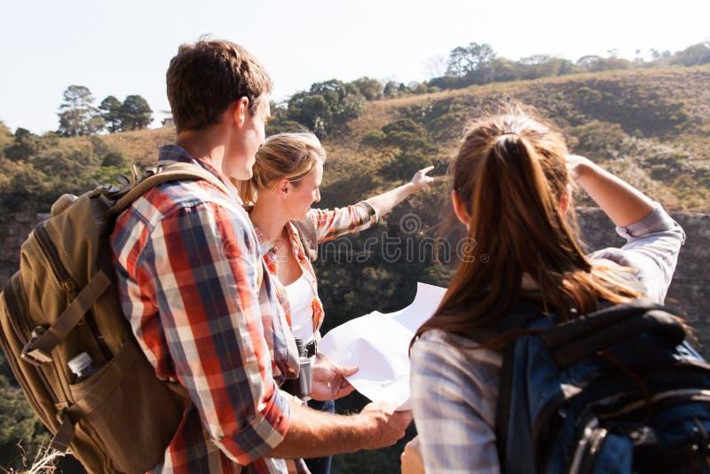 Montaña superior de los caminantes del grupo imágenes de archivo libres de regalías