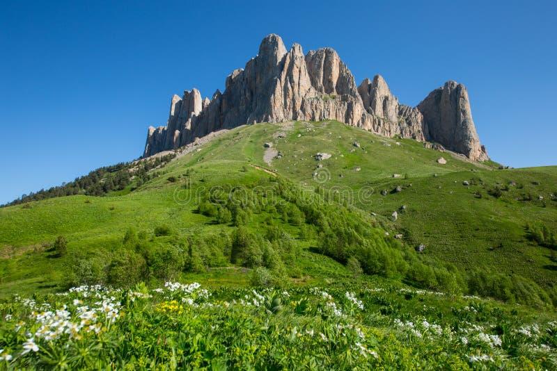 Montaña Thach grande en el Cáucaso fotografía de archivo