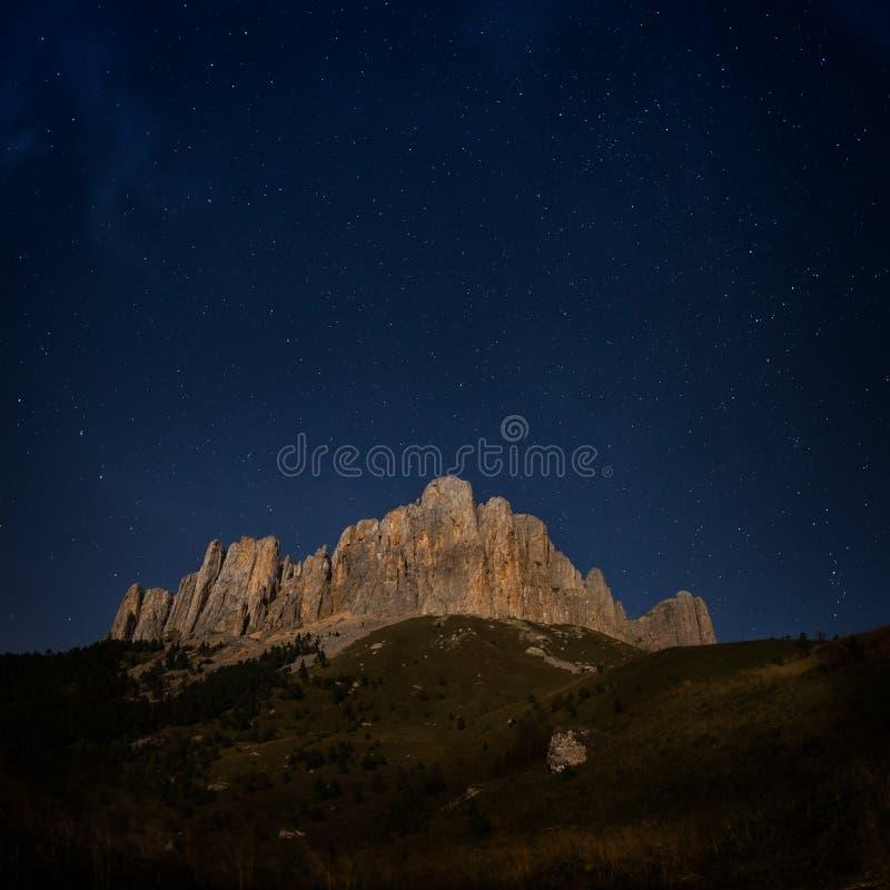 Montaña Thach grande y cielo estrellado fotografía de archivo libre de regalías