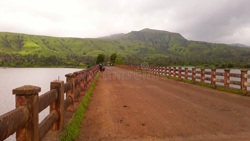 Montaña verde hermosa con la atmósfera lluviosa imagenes de archivo