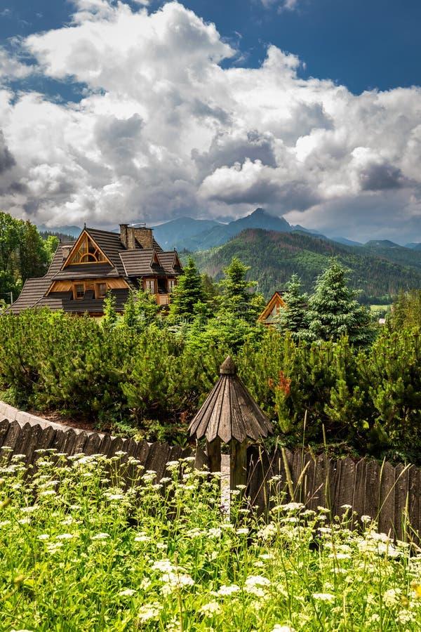 Montaña y cabaña de madera en verano, Polonia de Tatra fotos de archivo