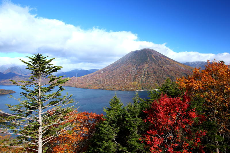 Montaña y charca en otoño foto de archivo libre de regalías