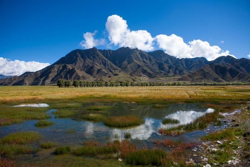 Montaña y cielo foto de archivo