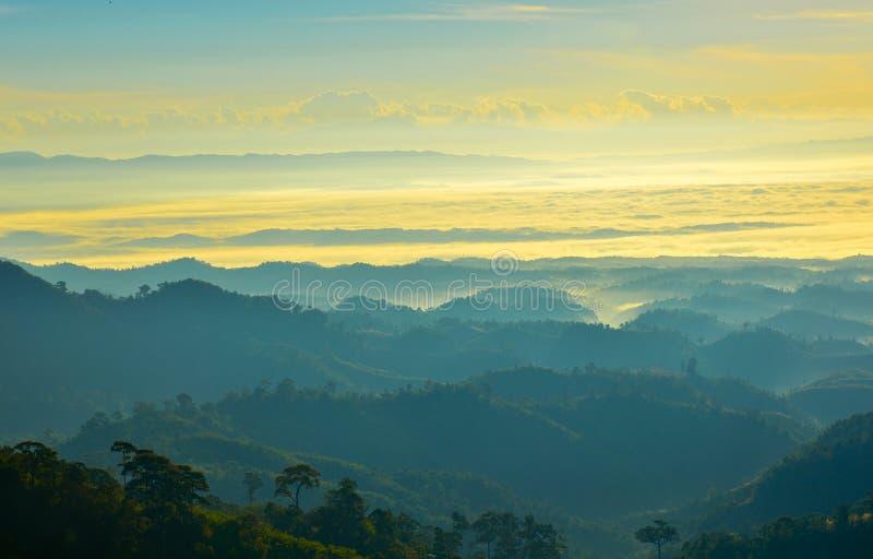 Montaña y cielo de la visión por mañana fotografía de archivo libre de regalías