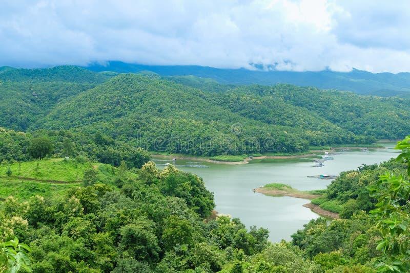 Montaña y depósito en Tailandia fotografía de archivo
