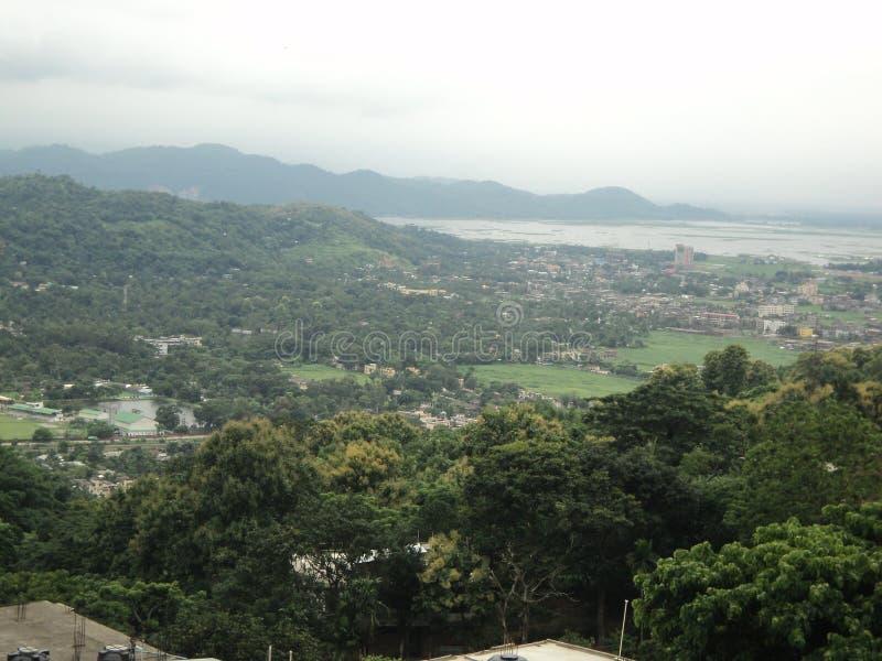 Montaña y el río Brahmaputra Asam la India imagen de archivo