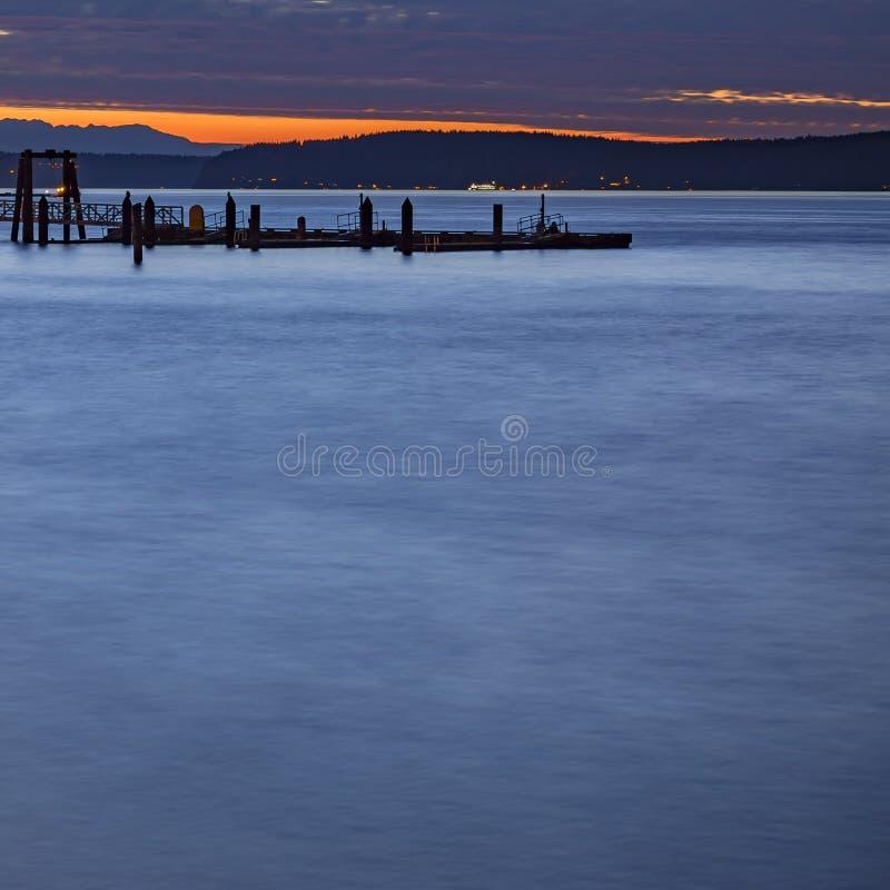 Montaña y embarcadero en la puesta del sol en Tacoma Washington fotografía de archivo libre de regalías