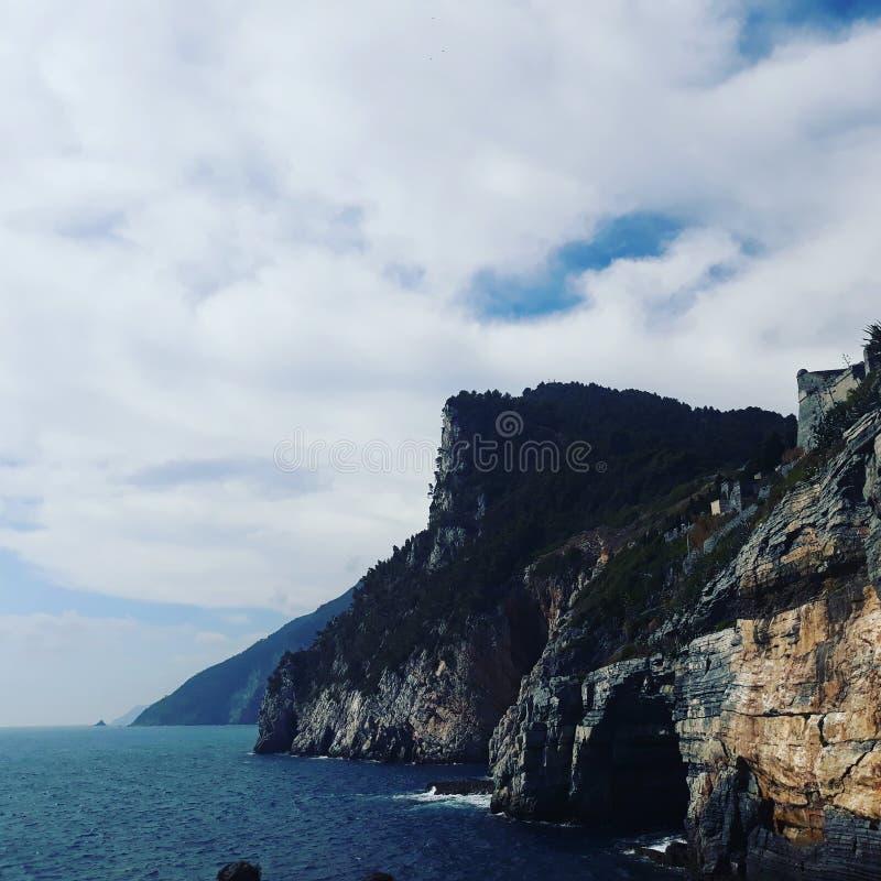Montaña y mar de ITALIA combinados fotografía de archivo