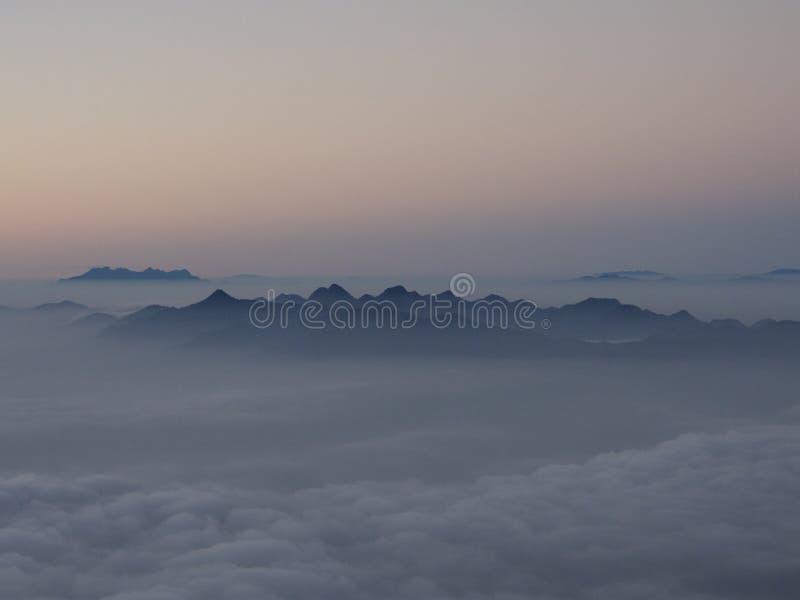 Montaña y nube fotografía de archivo libre de regalías