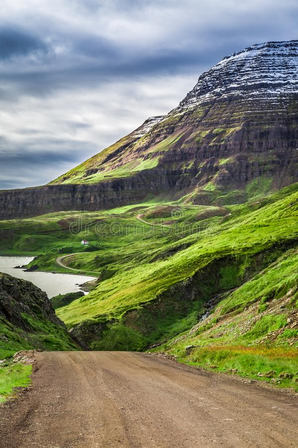 Montaña y pequeña cabaña en verano, Islandia imagen de archivo