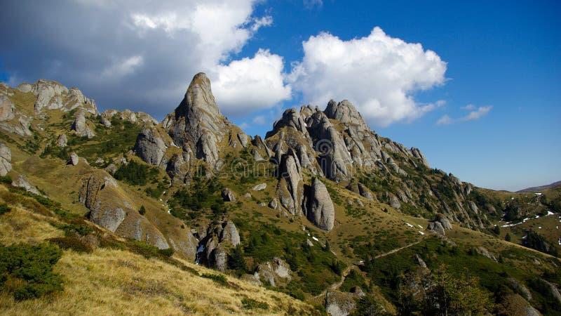 Montaña y prado fotografía de archivo libre de regalías