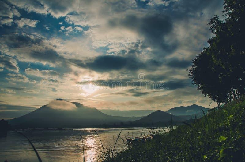 Montaña y río imagenes de archivo