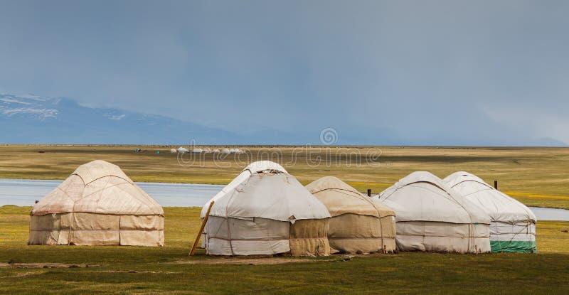 Montañas agradables en el país de Kirguistán foto de archivo