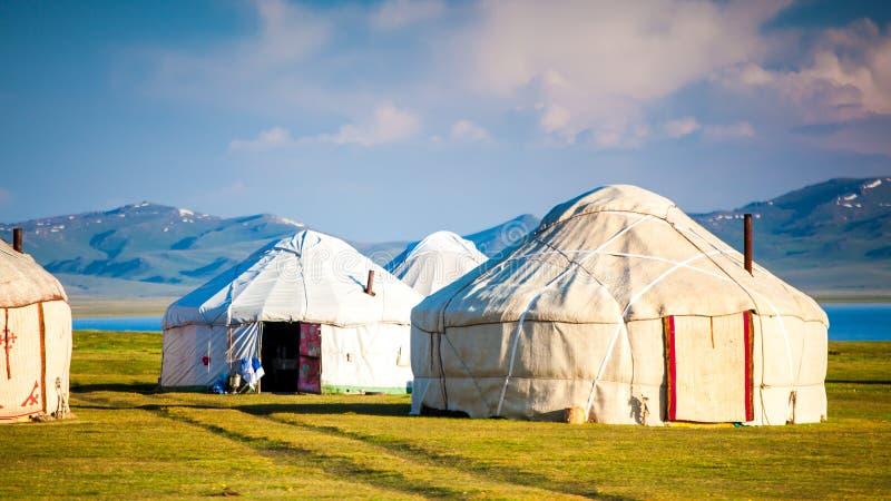 Montañas agradables en el país de Kirguistán fotos de archivo