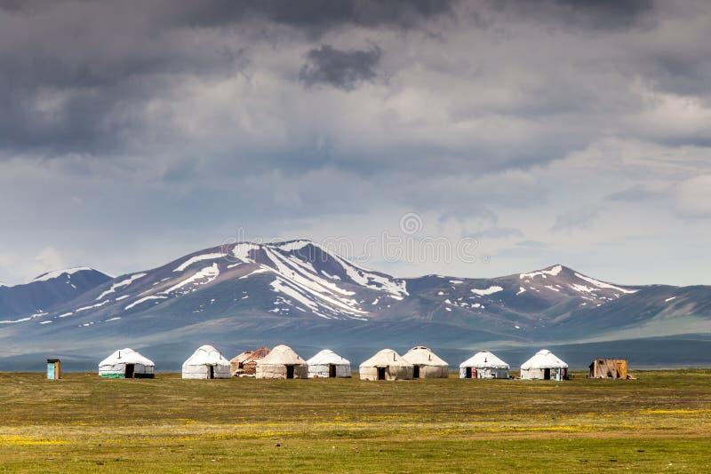 Montañas agradables en el país de Kirguistán fotografía de archivo
