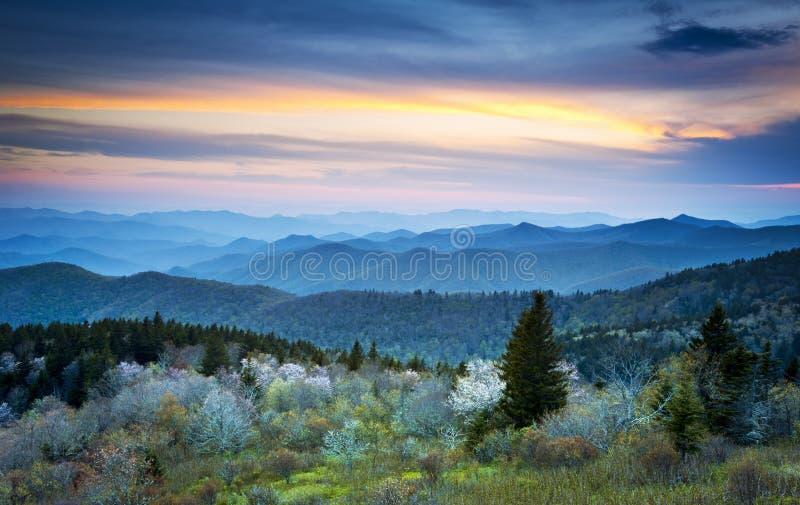 Montañas ahumadas de Ridge del resorte azul de la ruta verde imágenes de archivo libres de regalías