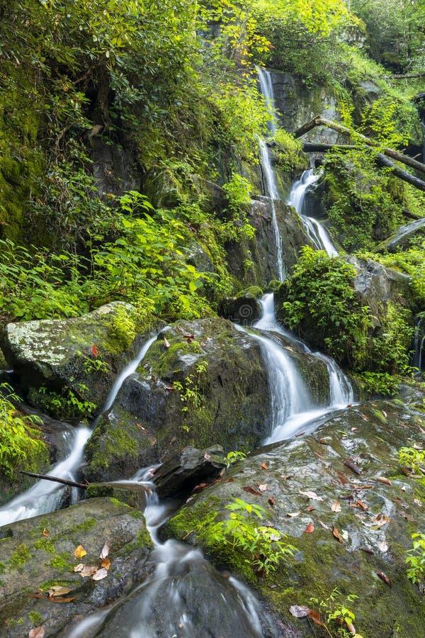 Montañas ahumadas que conectan en cascada la cascada fotografía de archivo libre de regalías