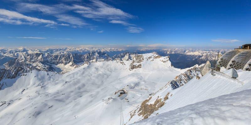 Montañas alpinas fotos de archivo