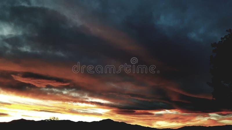 Montañas anaranjadas de la puesta del sol imagenes de archivo