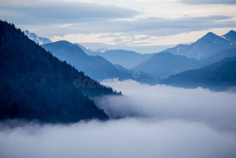 Montañas azules con las nubes fotografía de archivo