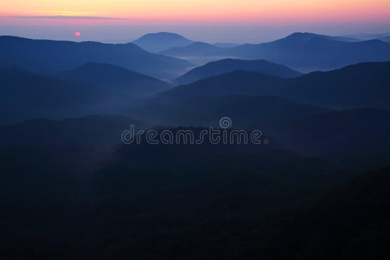 Montañas bajas temprano por la mañana, niebla ligera fotografía de archivo libre de regalías