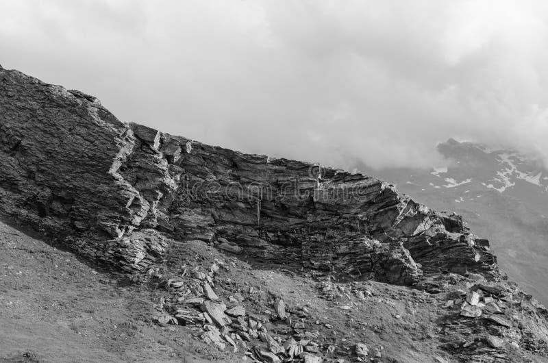 Montañas blancos y negros con las rocas fotos de archivo