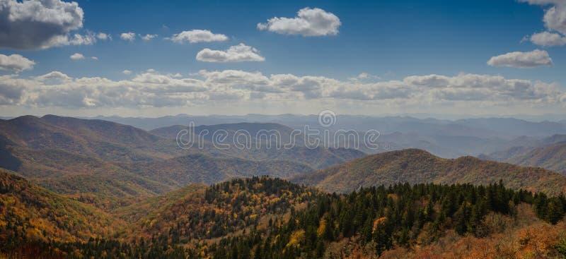 Montañas Blue Ridge en último paisaje del panorama del color del otoño fotografía de archivo