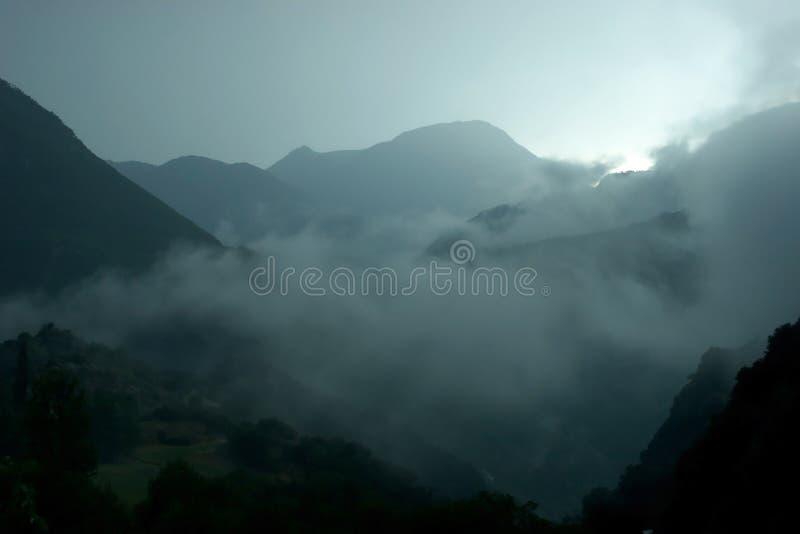 Montañas brumosas foto de archivo libre de regalías