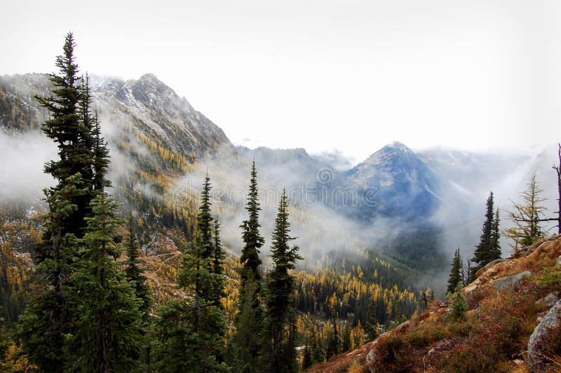 Montañas brumosas imágenes de archivo libres de regalías