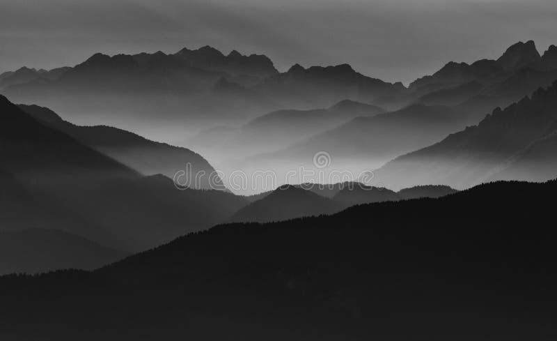 Montañas brumosas foto de archivo