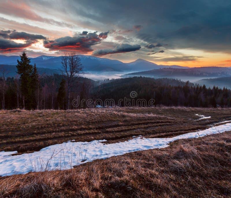 Montañas cárpatas de la primavera de la madrugada fotografía de archivo
