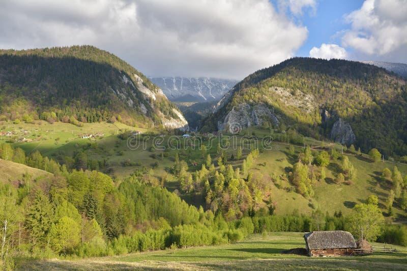 Montañas cárpatas, Rumania Paisaje rural con el pueblo de Magura en el parque nacional de Piatra Craiului foto de archivo libre de regalías
