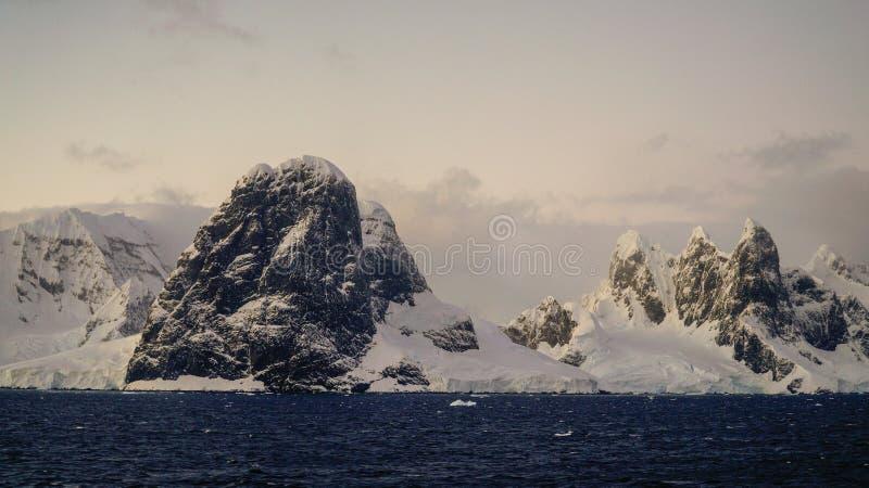 Montañas capsuladas nieve en el canal de Lemaire, la Antártida imagen de archivo libre de regalías