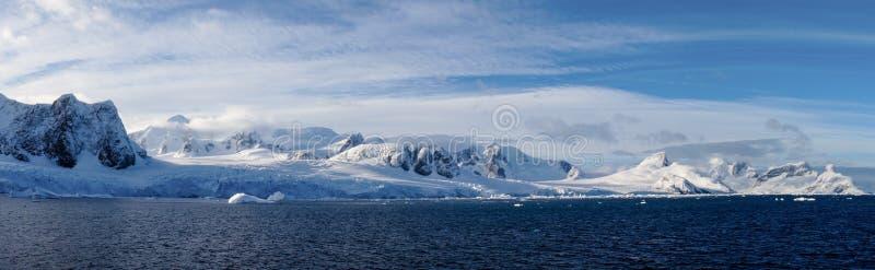 Montañas capsuladas nieve en el canal de Lemaire, la Antártida imágenes de archivo libres de regalías