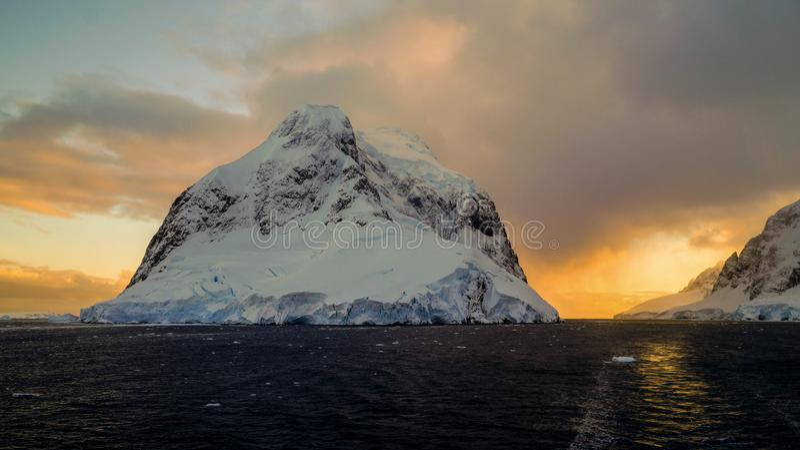 Montañas capsuladas nieve en el canal de Lemaire, la Antártida foto de archivo libre de regalías