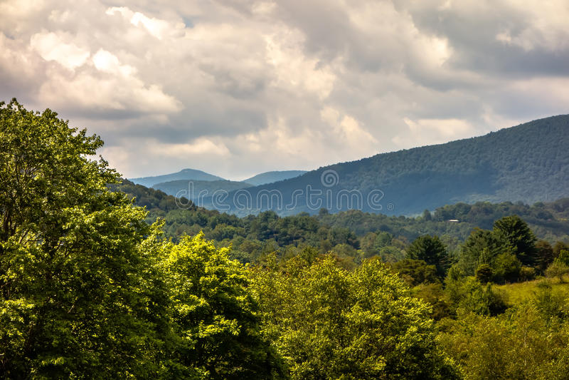 Montañas Carolina Seen From del norte de Ashe County el Ridge azul foto de archivo