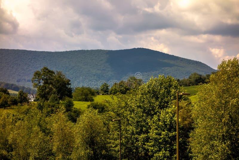 Montañas Carolina Seen From del norte de Ashe County el Ridge azul imagenes de archivo