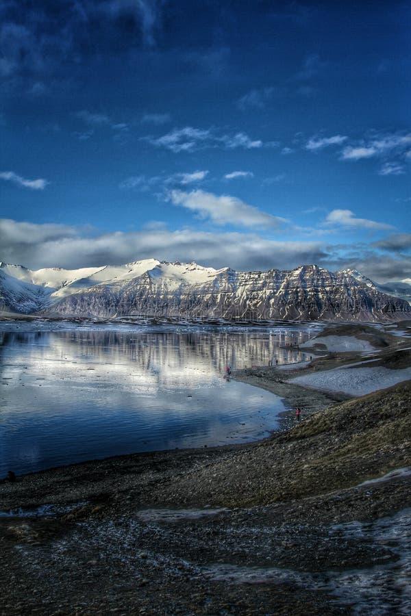 Montañas cerca de la laguna del glaciar de Jokulsarlon fotografía de archivo libre de regalías