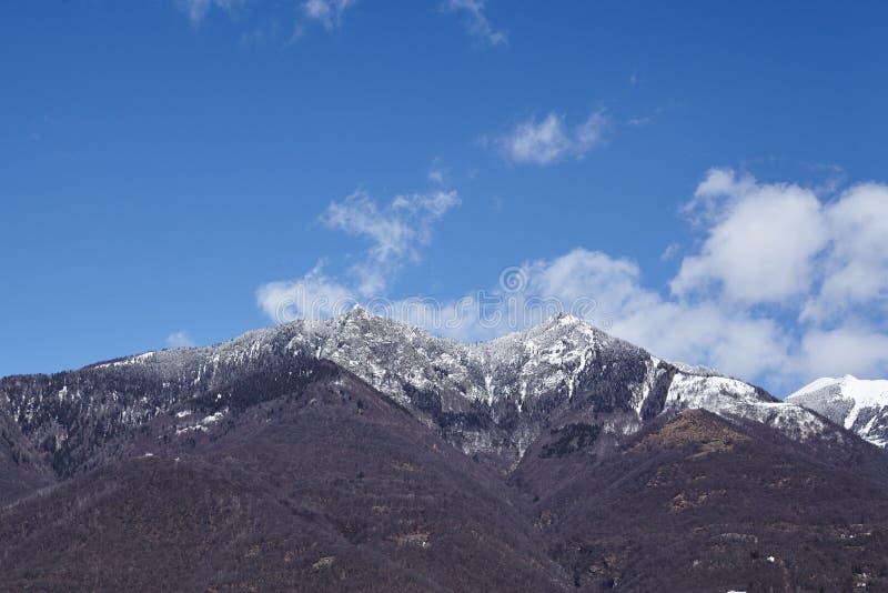 Montañas cerca de Quartino Tesino, Suiza imagen de archivo
