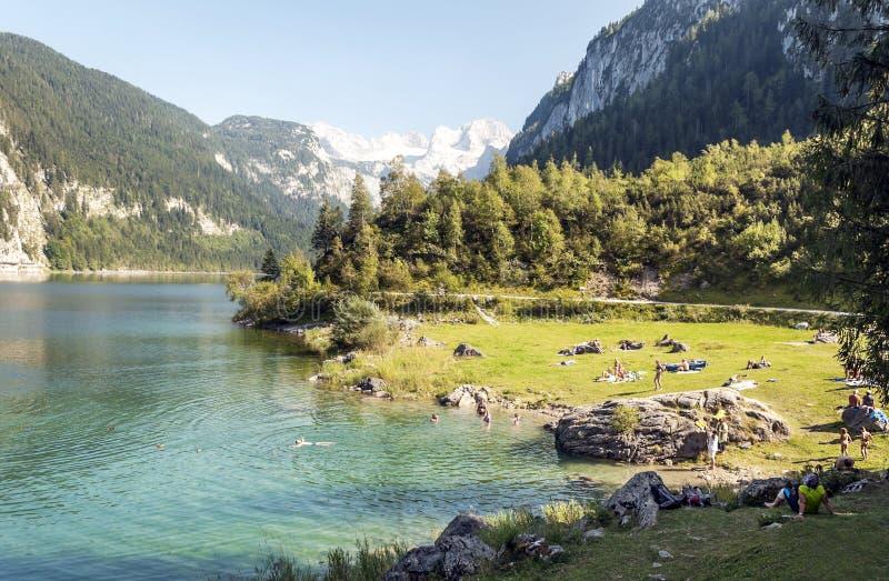 Montañas cerca de un lago foto de archivo libre de regalías