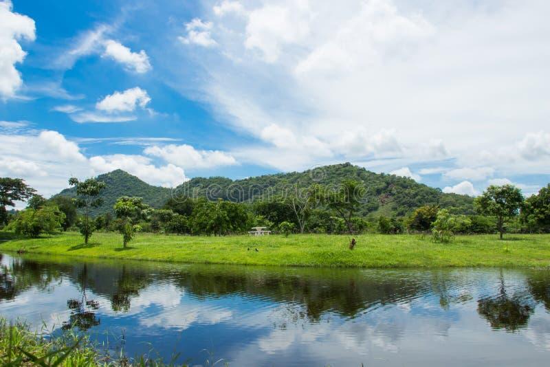 Montañas, cielo y agua imagenes de archivo