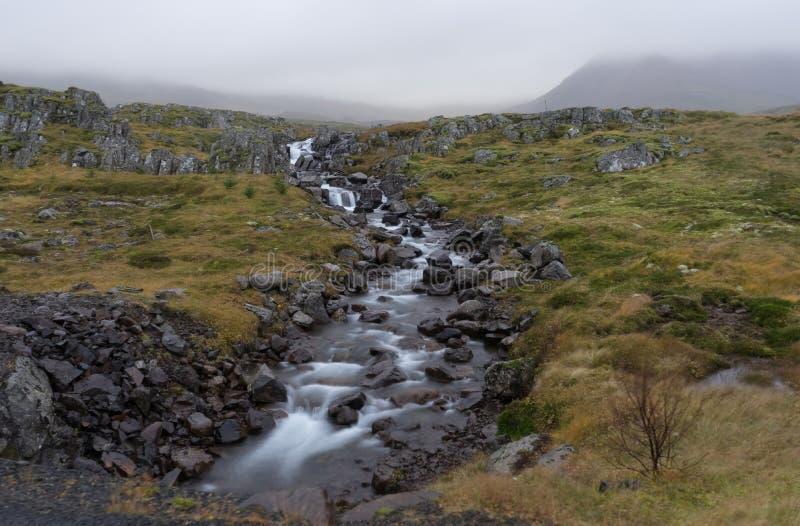 Montañas con el río y la niebla en Islandia del norte cerca de Akureyri Reyk fotografía de archivo