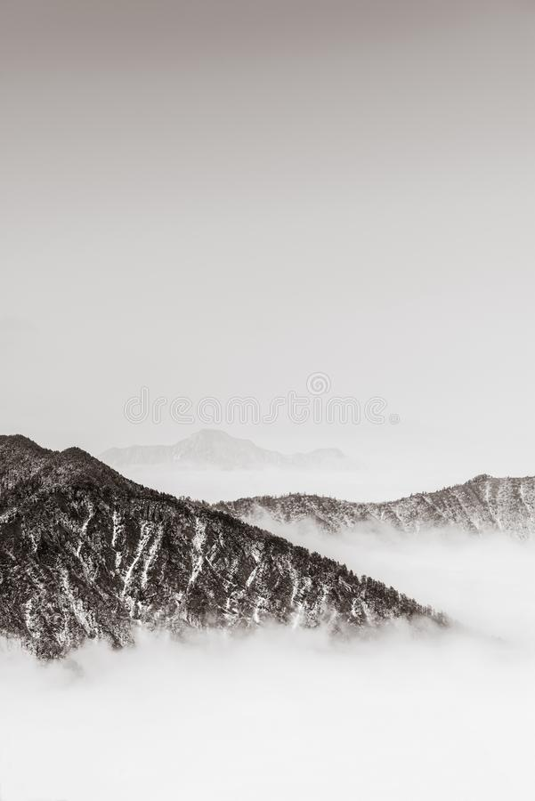 montañas con estilo retro foto de archivo