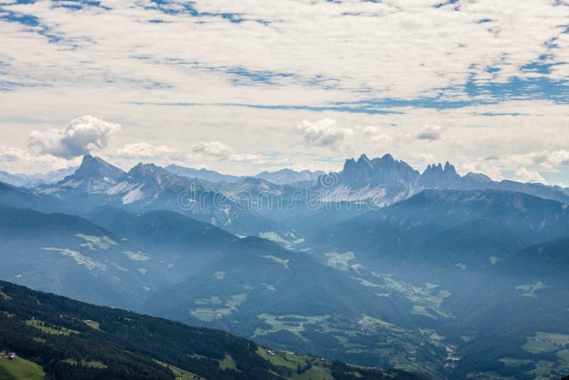 Montañas con la gran opinión sobre las dolomías imagenes de archivo